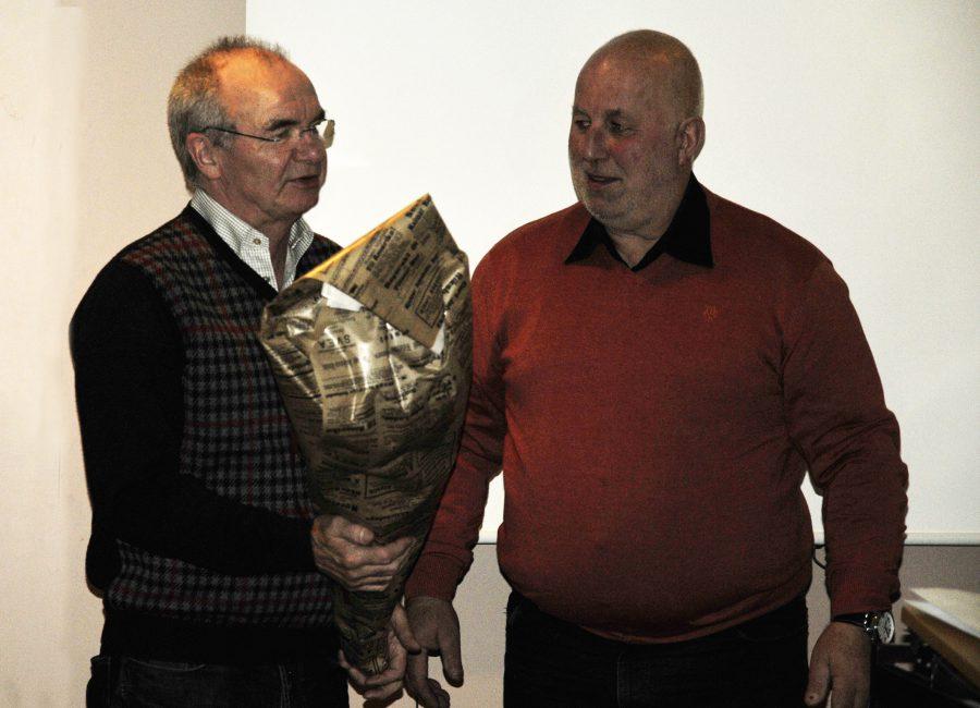 Hannu Kallunki har blivit gubbe på riktigt! Här får han blommar från Presidenten.
